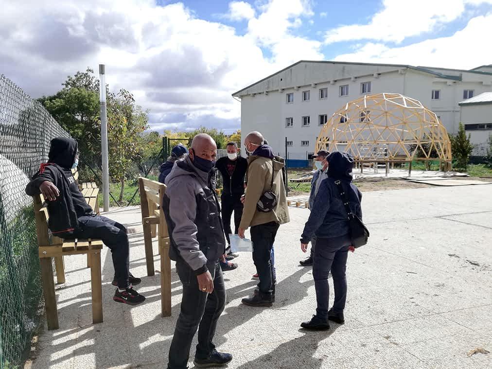 Quince personas francesas reforman el jardín del IES Tierra Estella con Nuevo Futuro