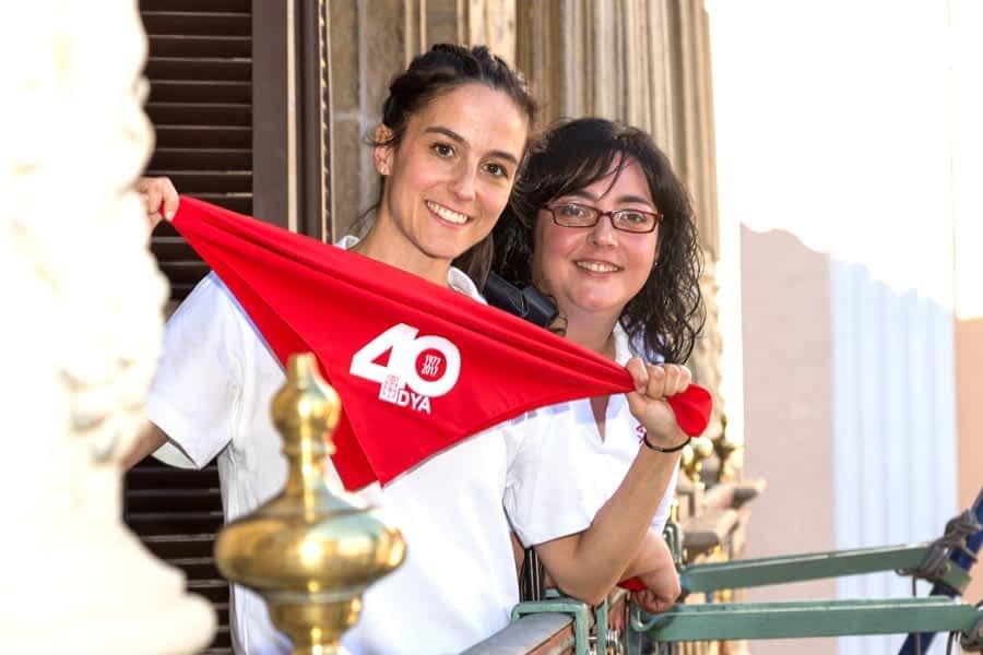 Paula Remírez, en primer plano, y María Calado fueron las encargadas de lanzar el Chupizano. / Fotografía: Navarra.com Iñigo Alzugaray