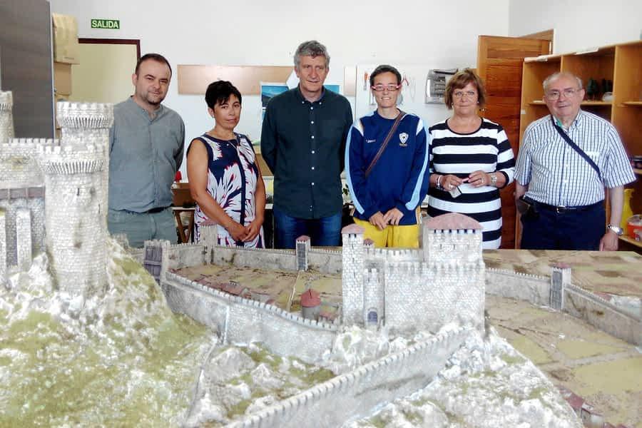 Últimos retoques en la maqueta del burgo de San Martín