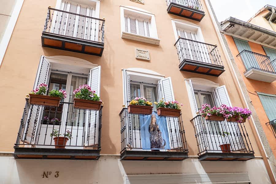 La decoración floral de ventanas y balcones de Estella tiene premio