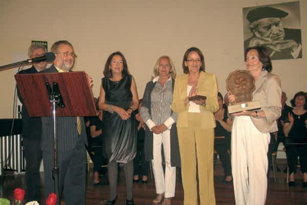 Las hijas de Petra Azpiroz recogieron el X Manuel Irujo