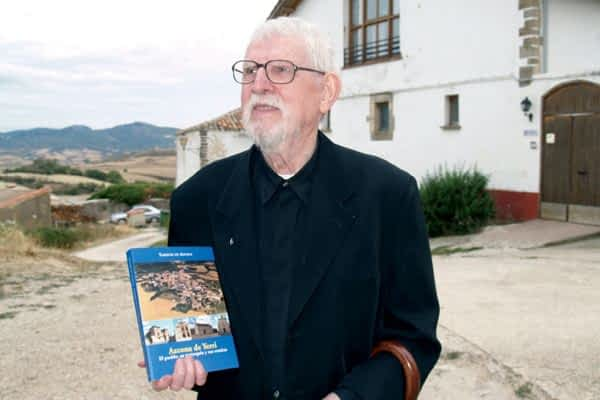 El historiador Tarsicio de Azcona presentó su libro  'Azcona de Yerri. Su pueblo, su parroquia y sus ermitas'