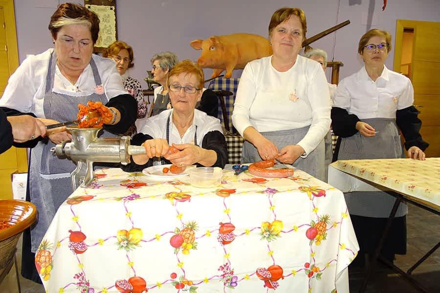 Chorizos y morcillas en la Fiesta de la Matanza de Azuelo