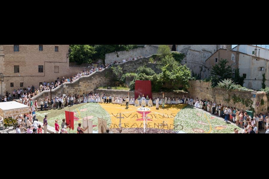 Una gran alfombra de flores coloreó el Corpus Christi