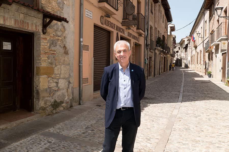 """PRIMER PLANO – Maxi Ruiz de Larramendi, presidente de Los Amigos del Camino de Santiago – """"Cuando volvamos  a la normalidad,  es indispensable  que se abra todo  el patrimonio  de Estella"""""""