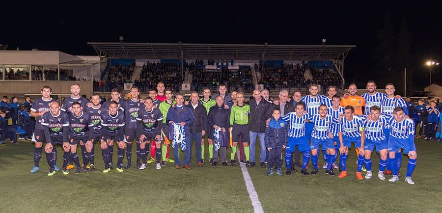 Foto de familia que recoge la esencia de la celebración vivida el sábado 10 de noviembre. Posan las plantillas del Izarra y del Tudelano, la junta del club, los protagonistas del saque de honor y autoridades, entre ellas, el presidente de la Real Federación Española de Fútbol, Luis Rubiales.