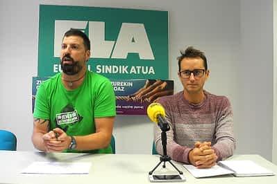En rueda de prensa, J. Larraya (ELA) e I. Hernández (delegado sindical).