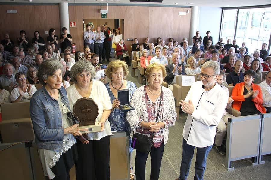 Momento de la entrega del 'Premio Manuel Irujo' a las hermanas Odria Larrión.
