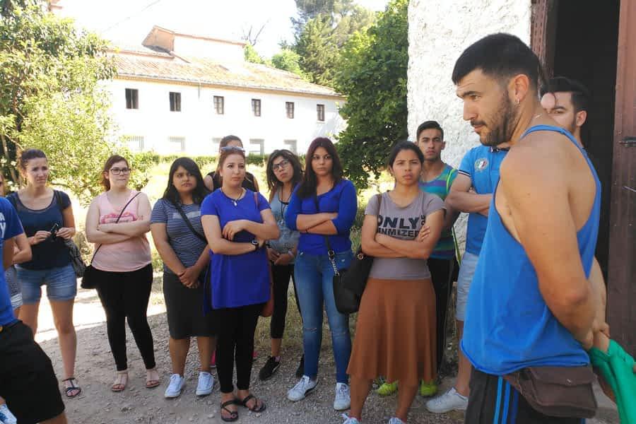 Los alumnos de la Escuela Taller de Hostelería visitan el proyecto de huerta ecológica de Uztaldi