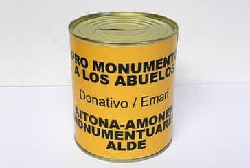 Los promotores del Monumento a los Abuelos distribuyen  110 huchas para colectas en los colegios