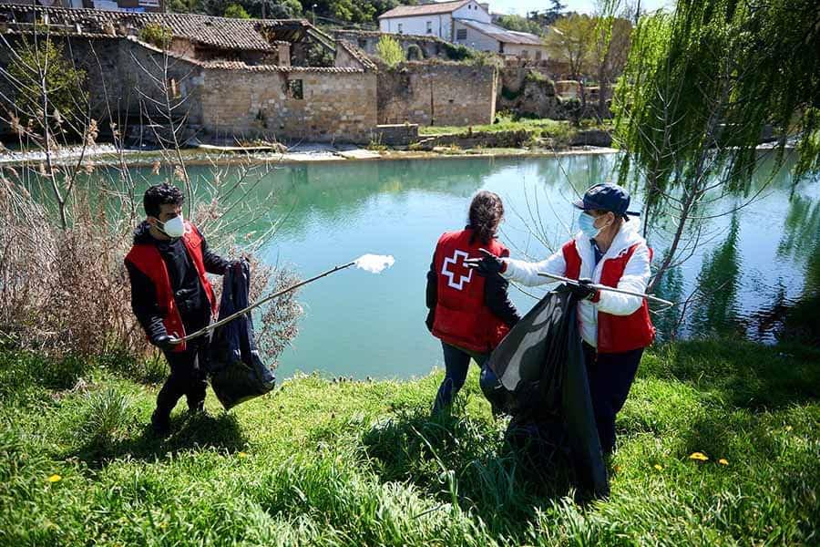 Voluntarios de Cruz Roja retiran 220 kilos de basura en el río Ega a su paso por Estella