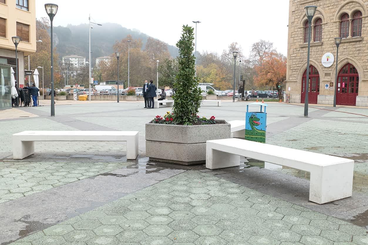Nuevos bancos, de hormigón blanco, en la plaza de la Coronación