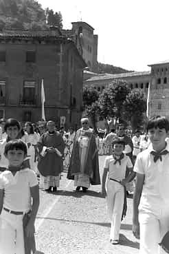 26. 1979. Procesión a su paso por el puente del Azucarero.