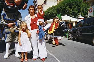 Fiestas de 2005. Mª Isabel Ruiz y sus nietos Alexia e Ian David.
