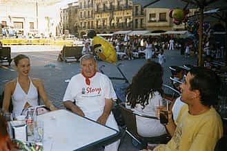 Fiestas de 2002. Jesús Ruiz y su nieta Itxaso e Ismael Etayo.