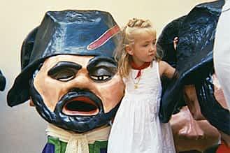 Fiestas de 2005. Alexia Etayo Aguilella con los cabezudos.