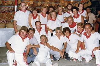 Fiestas de 1985. Mª Carmen Basarte (de pie, segunda por la dcha.), apoyada en su marido, Eduardo Lizarraga, junto con los integrantes de su cuadrilla.