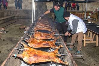 Asado de los corderos en la plaza Santiago.