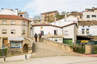 magen del puente medieval que cruza el río Iranzu y comunica la parte antigua de Villatuerta con el barrio bajo.