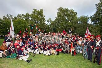 Participantes de los diferentes grupos de recreación tras la batalla en Los Llanos.