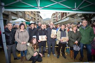 Premiados, junto a miembros del jurado, en la calle San Andrés.