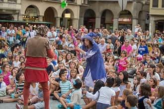 La plaza de los Fueros llena de niños y mayores disfrutando del espectáculo.