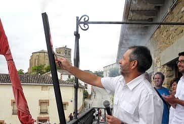 El director del colegio, Luis Mañeru, prendió la mecha del cohete de Villatuerta