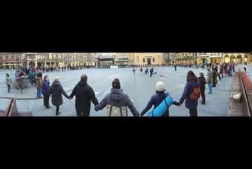 200 eslabones en una cadena humana de apoyo a los refugiados