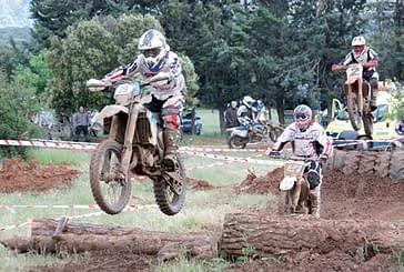 Veintidós pilotos en la carrera de motos Enduro Indoor de Ancín