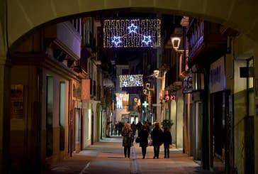 Campanas y estrellas de Navidad iluminan en 45 arcos las calles de Estella