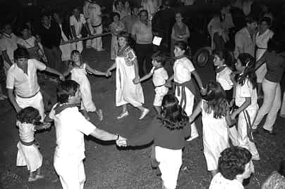 13. 1981. Bailando en la plaza. Manolo y Joaquín Jordana con la familia.