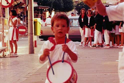 Década de los 90. Jon Ander Aguilella tocando el tambor.