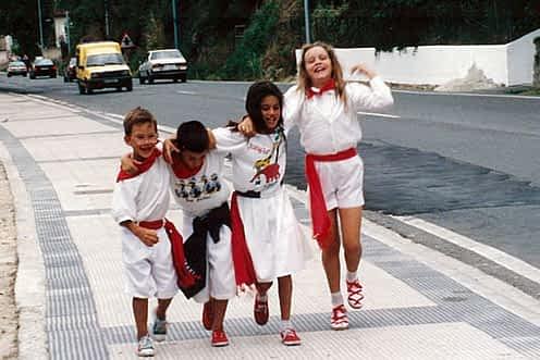 Fiestas de 1994. Alexia, Jon Ander, Sandra y Eneco volviendo a casa cantando y bailando la bajadica.