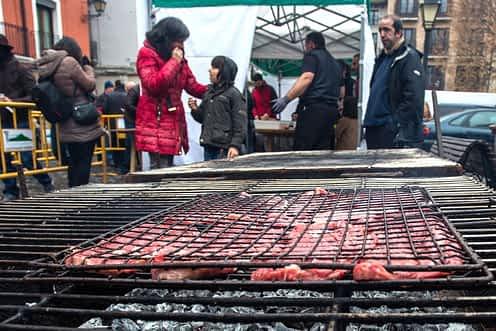 Preparativos del asado el sábado en la plaza Santiago.