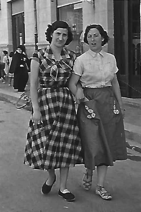Dos jóvenes se pasean por las calles de la ciudad del Ega.