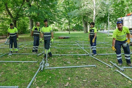 Personal de Servicios y colaboradores preparando el escenario de Los Llanos.