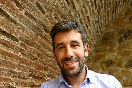 """PRIMER PLANO - Borja Monreal Gaínza - Escritor y periodista - """"La pobreza es una lucha global en la que cada uno tiene que aportar su granito de arena"""""""