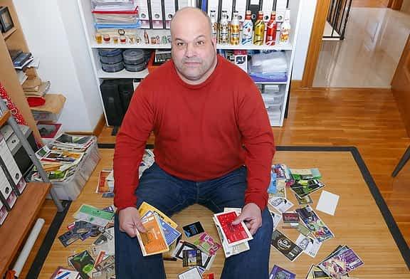 """'LOCOS POR...' - El coleccionismo - Jorge Arza - """"Empecé guardando botellines de cerveza, pero ocupaban mucho y opté por las etiquetas"""""""