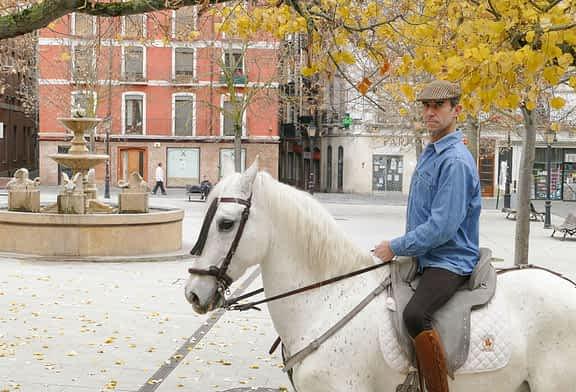 """PRIMER PLANO - Eduardo Hermoso  de Mendoza Sanz de Galdeano, aficionado a la equitación y apasionado de las Ferias -  """"Hay que abrir  la puerta al ganado de montura y enganche"""""""