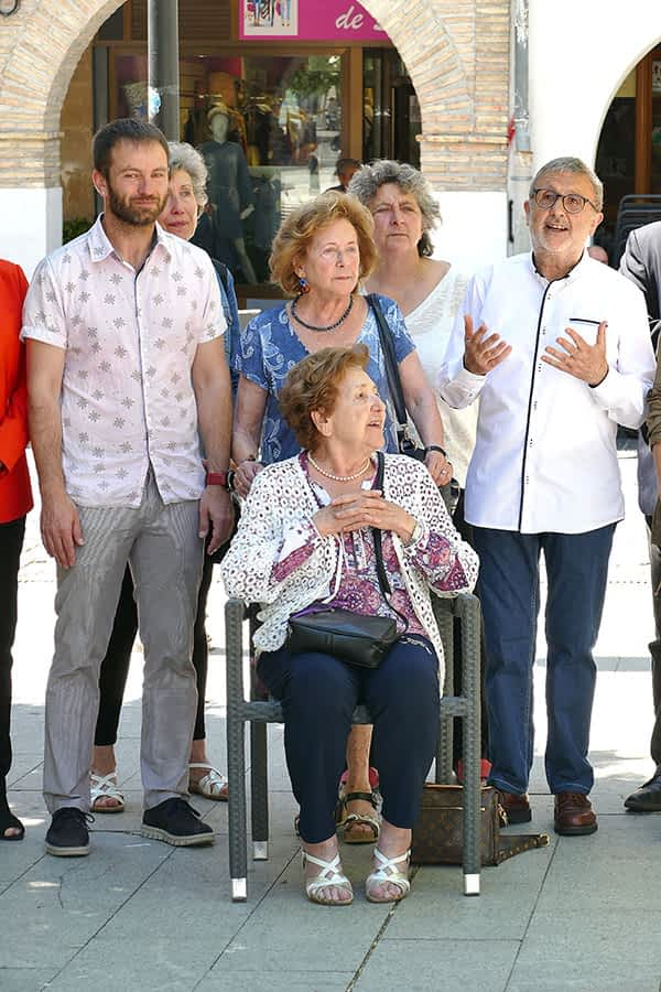 Las hermanas Lucía y Puy Odria Larrión junto a sus familiares; el alcalde de estella, Koldo Leoz y el presidente de la Fundación Irujo Etxea, Koldo Viñuales.