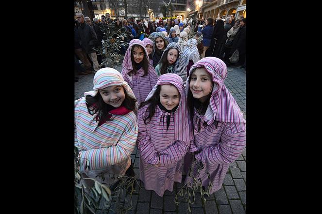 Niños de catequesis que participaron en la tradición.