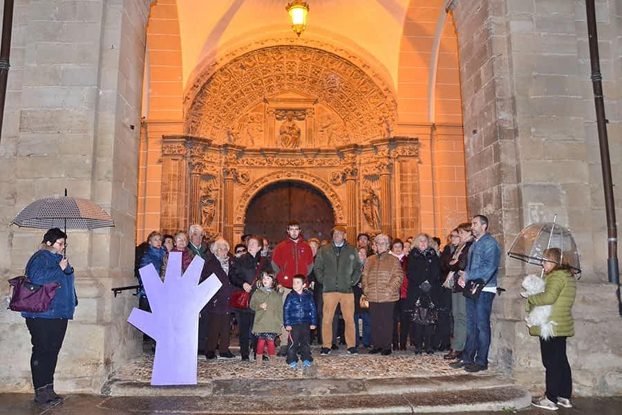Vecinos de Los Arcos se concentraron en contra de la violencia de género junto a la gran mano morada.