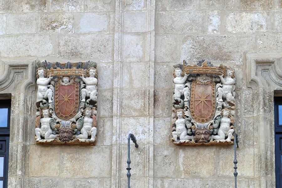 Escudos de la fachada del antiguo ayuntamiento y juzgado de Estella-Lizarra.