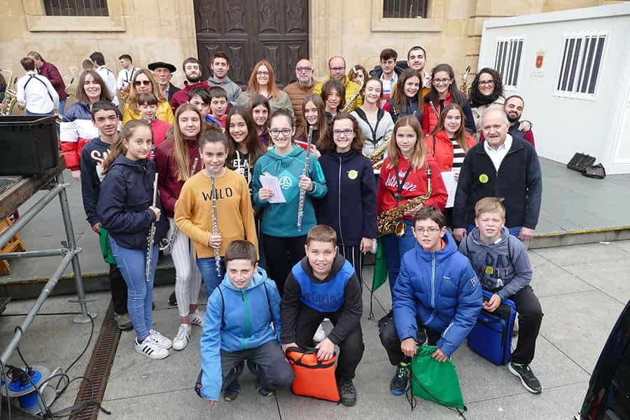 Foto de grupo de algunos de los músicos que celebraron en Estella el 'Día de las Escuelas de Música'.