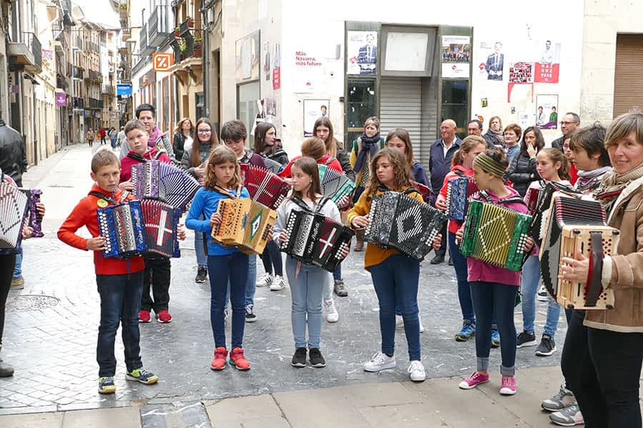 La música no faltó en las calles de Estella pese al mal tiempo.