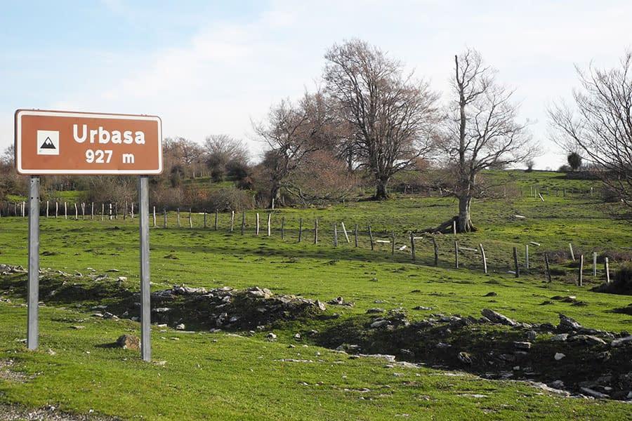 Sierra de Urbasa, concretamente a la señal que indica la altitud de 927 metros