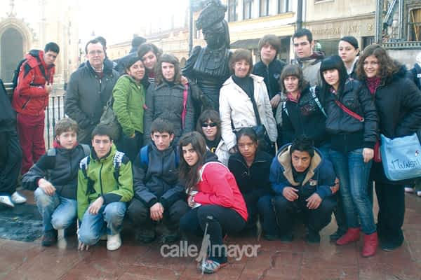Alumnos de la ESO conocen Asturias guiados por La Regenta