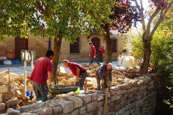 Trabajadores de Tasubinsa limpian la regata de Mañeru