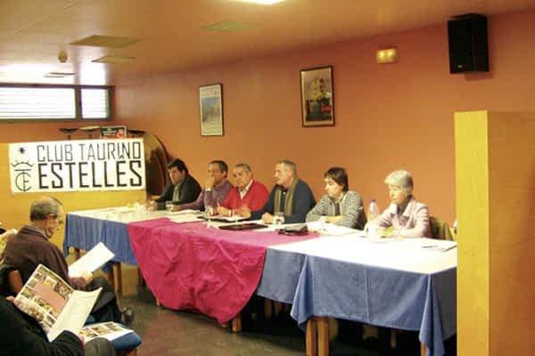 El club taurino estudiará la posibilidad de organizar encierros con toros en Estella