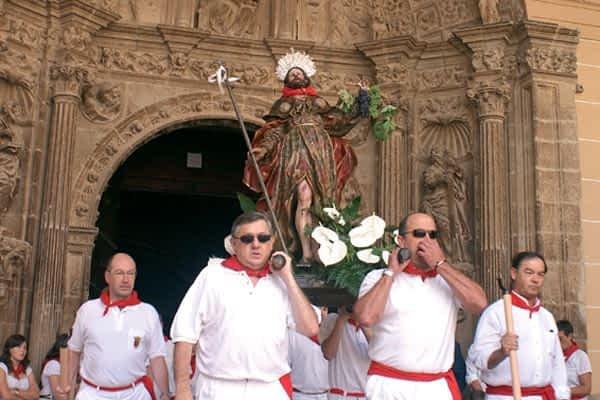 El cohete, la procesión y la pochada, puntos cardinales de las fiestas de Los Arcos